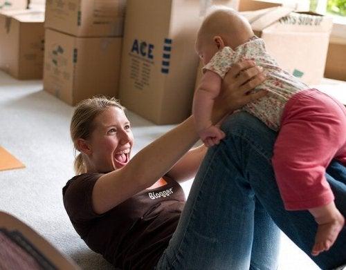 Stimuleer je baby door met hem te spelen