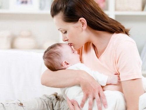 Waarom je baby in jouw armen thuis hoort