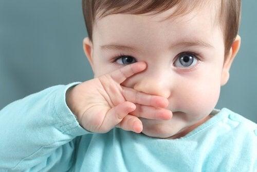 Hoe kun je gemakkelijk slijm uit het neusje van je baby verwijderen?