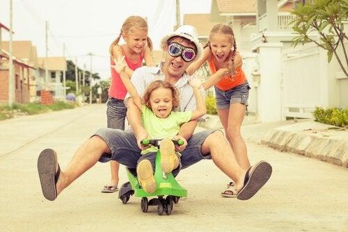 Een superpapa speelt op een unieke manier met zijn kinderen