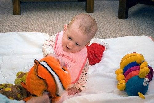 Stimuleer je baby door met hem te spelen op manieren afhankelijk van hun leeftijd
