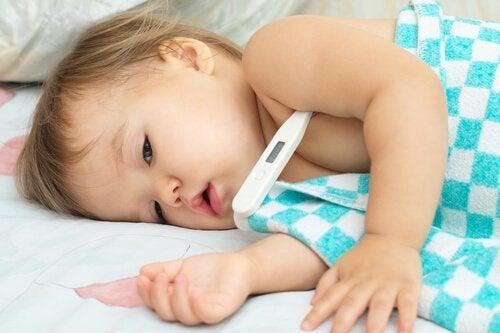 Als je zijn neusje wast met een zoutoplossing, is het het beste om je kindje op zijn zij leggen.