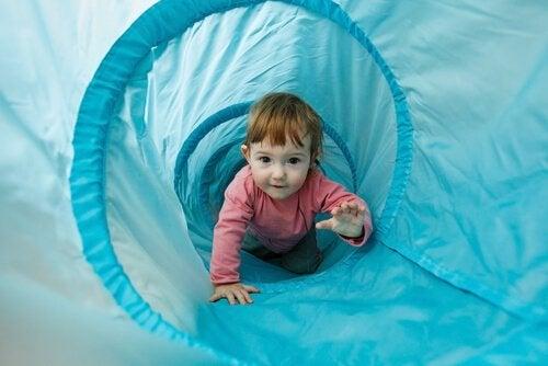 Oefeningen om de motoriek van je baby te stimuleren door hem bijvoorbeeld te leren kruipen