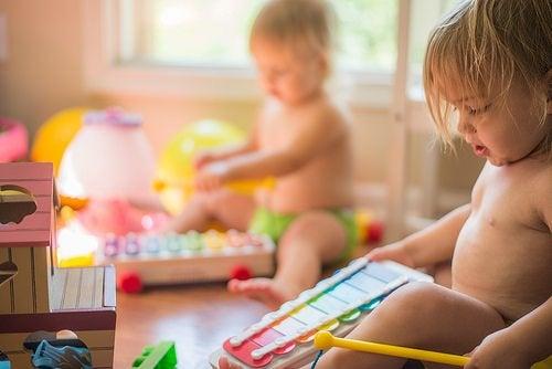 Spelen met je kleintje aan de hand van beweging en kleur