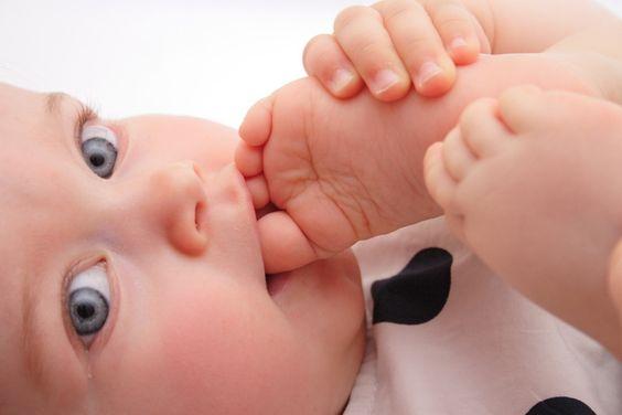 Blootvoetse baby's: gelukkiger en slimmer?