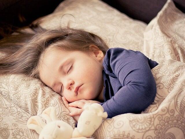 De gelukkigste moeders brengen hun kinderen vroeg naar bed