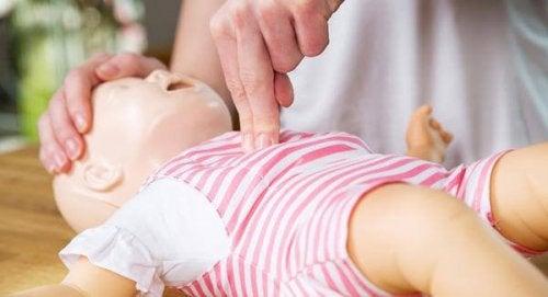 Hoe reanimatie uit te voeren bij een baby