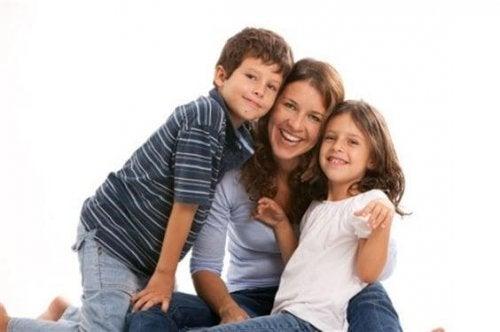 Een gelukkige moeder met haar kinderen