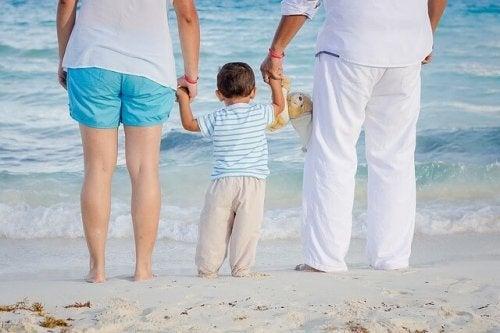 Ouders en kind op het strand