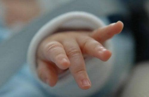 Hand van een baby