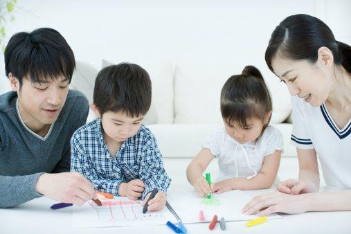 Japanse opvoedtechnieken: ouders tekenen met hun kinderen