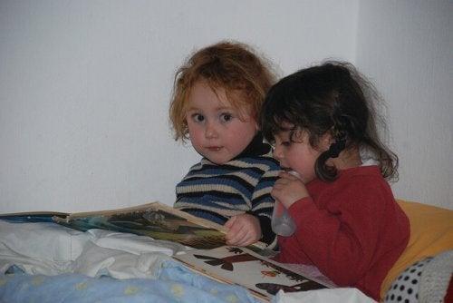 Kinderen lezen samen boekje