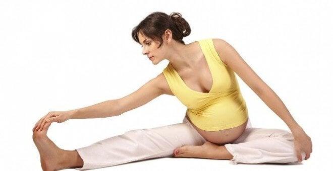 Zwangere moeder doet yoga