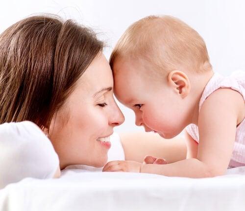 Een van de voordelen van borstvoeding is een sterke band tussen moeder en kind