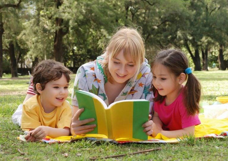 Moeder leest kinderen voor