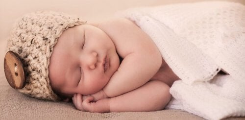 7 tips om je baby te helpen de nacht door te slapen