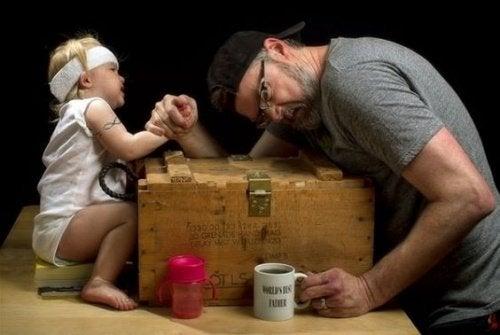 Relatie tussen vader en dochter versterken door armpje te drukken