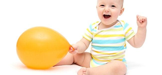 Zittende baby met ballon