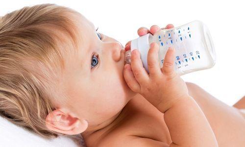 Waarom jonge baby's geen water zouden moeten drinken