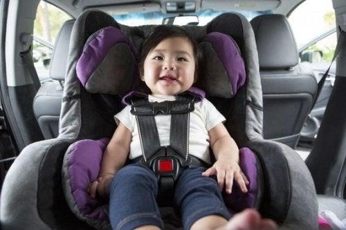Hoe kan ik voorkomen dat mijn kind in slaap valt in het autozitje