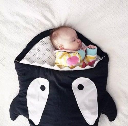 Baby slaapt in een slaapzak