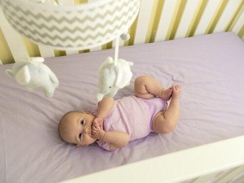 Pasgeborenen en hun bewegende mobiel