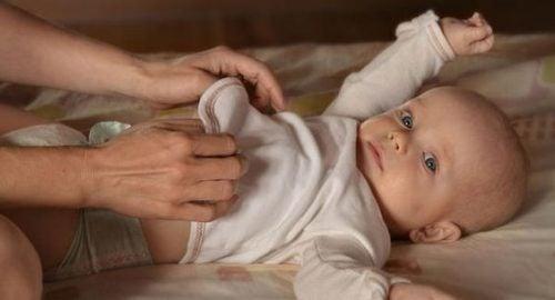 Moet ik mijn kind wakker maken voor een schone luier?