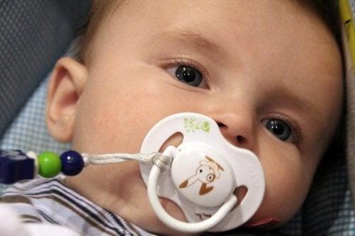 Baby zuigt op fopspeen