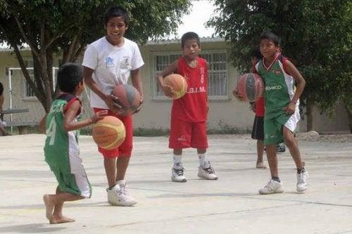 Blootsvoets basketbal spelen