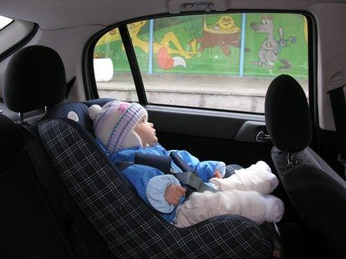 Waarom een kind niet met jas aan in de auto mag rijden