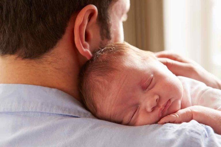 Slapen in de armen van papa