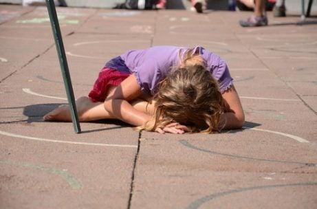 Meisje zonder zelfvertrouwen op de grond