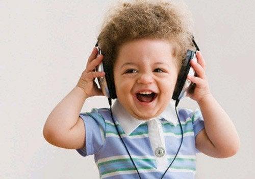 Lachend kind met koptelefoon