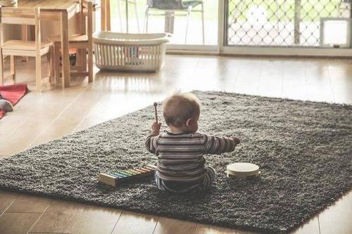 Waarom gooien baby's alles op de grond?