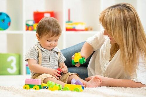 Mama en kind spelen met blokken