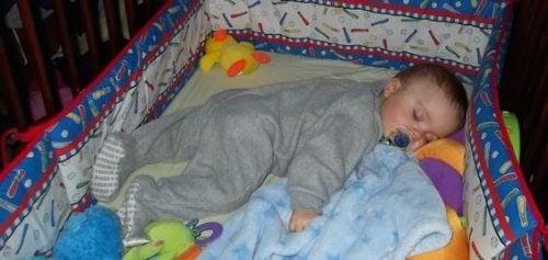 Je kind trapt de lakens weg 's nachts: wat te doen
