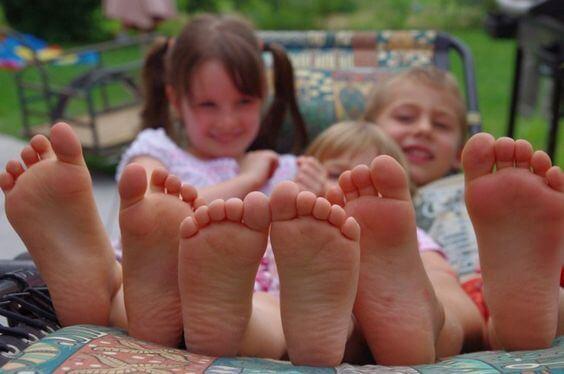 De voordelen van kinderen blootsvoets te laten lopen