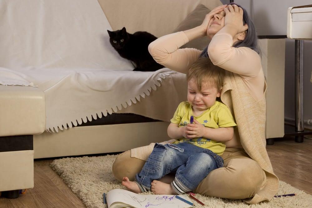 Waarom misdragen kinderen zich soms als ze bij hun moeder zijn?