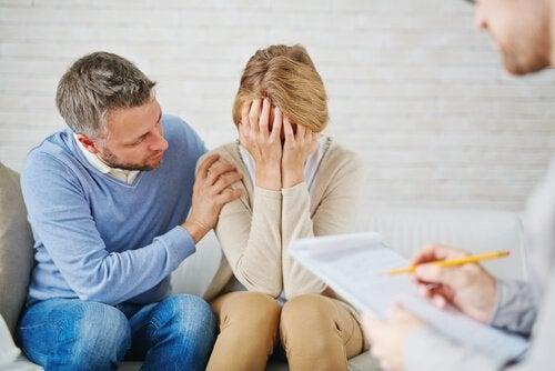 Man troost vrouw met onrust
