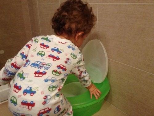 Kind bij een groen potje