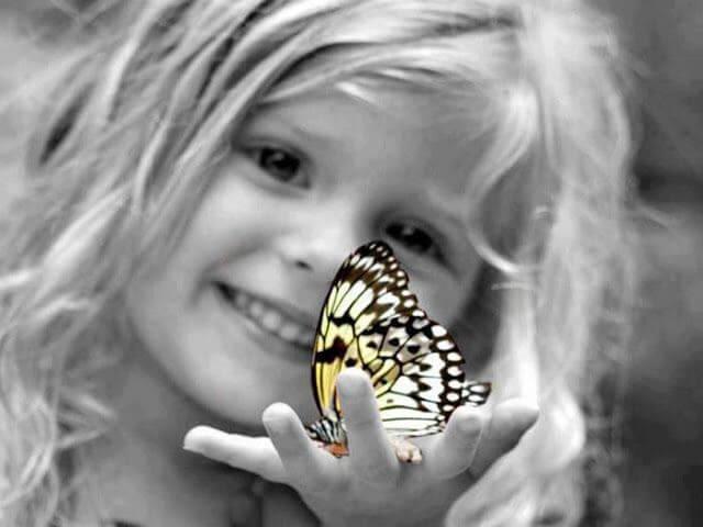 Indigokind met vlinder