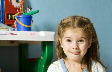 Waarom kinderen hun tong uitsteken bij concentratie.