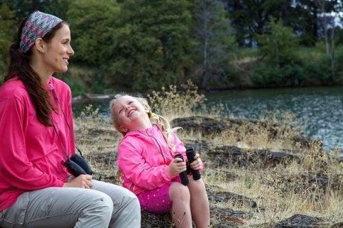Moeder en dochter genieten van de natuur