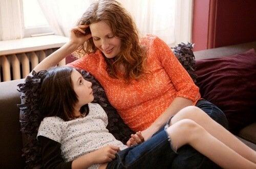 Zich bijzonder voelen: moeder en dochter praten