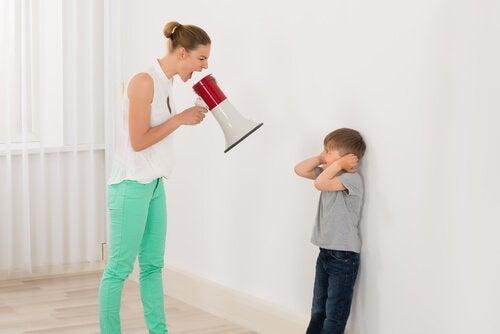 Moeder schreeuwt naar kind