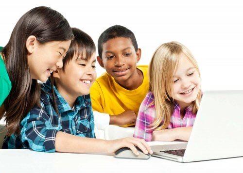 Kinderen leren op een laptop