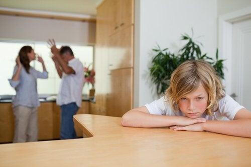 Verdrietig kind met ruziënde ouders