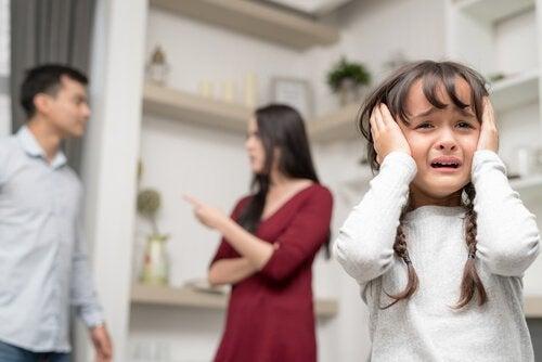 Huilend kindje met ruzie makende ouders