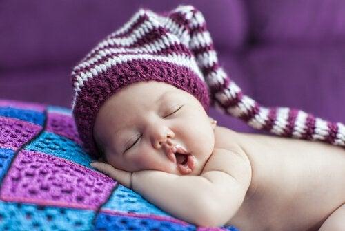 Methoden om je baby door te leren slapen