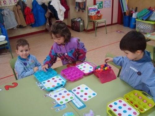 Hoe komen kinderspel en ontwikkeling tot uiting in de verschillende fases